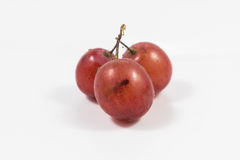 Uva roja aislada en blanco, trayectoria de recortes incluida, cl de la uva roja Imágenes de archivo libres de regalías