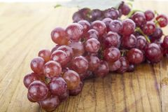 Uva rossa con la foglia su fondo bianco Immagini Stock Libere da Diritti