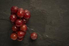 Uva rossa con le goccioline di acqua sull'ardesia Fotografie Stock