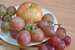 Uva rossa e mela Immagine Stock Libera da Diritti