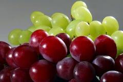 Uva rossa e verde su priorità bassa grigia Fotografia Stock Libera da Diritti
