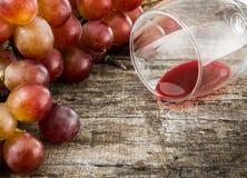 Uva rossa e vetro del succo del grepe sul bordo di legno Fotografie Stock
