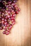 Uva rossa su una tavola di legno Immagine Stock