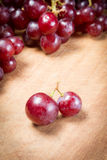Uva rossa su una tavola di legno Fotografia Stock