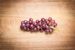 Uva rossa su una tavola di legno Immagini Stock