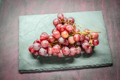 Uva rossa sulla pietra Fotografia Stock