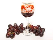 Uva scura e un vetro di vino Immagini Stock