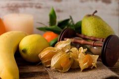 Uva spina e l'altra frutta sul bordo di legno con i sandglass Fotografie Stock Libere da Diritti