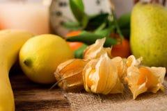Uva spina sul panno della iuta con altri frutti nel fondo Fotografia Stock