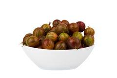 Uva spina in un piatto su un fondo bianco Immagini Stock Libere da Diritti