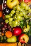 Uva sulla frutta di estate e sulla vista superiore del fondo delle verdure, fine su fotografia stock