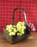 Uva in un cestino Fotografia Stock