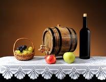Uva in un vimine del canestro ed in un barilotto di legno Fotografia Stock