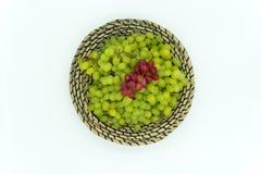 Uva verde e rossa in un canestro Fotografia Stock
