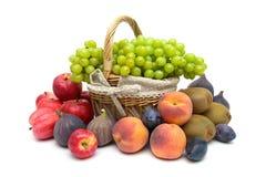 Uva verde ed altri frutti isolati su fondo bianco Immagine Stock