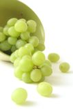 Uva verde en un fondo blanco Imagen de archivo