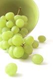 Uva verde en un fondo blanco fotografía de archivo libre de regalías