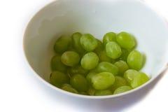 uva verde piacevole nella ciotola immagini stock
