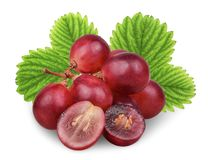 Uva vermelha fresca com a folha verde isolada no branco foto de stock