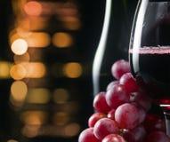 Uva y vidrio con el vino rojo Imágenes de archivo libres de regalías