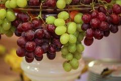 Uvas, appels y peras en un cuenco Fotos de archivo