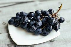 Uvas azules jugosas imágenes de archivo libres de regalías