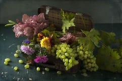 Uvas blancas, botellas de vino y un vidrio de vino Imágenes de archivo libres de regalías