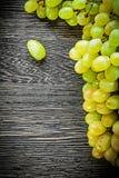 Uvas blancas en concepto de la comida del tablero de madera Imagenes de archivo
