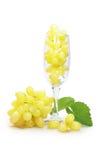 Uvas blancas en vidrio Imágenes de archivo libres de regalías