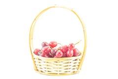 Uvas blancas frescas en una cesta Foto de archivo