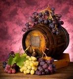 Uvas blancas y rojas con el barril de vino Imagen de archivo