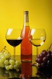 Uvas, botella y dos vidrios de vino Fotografía de archivo