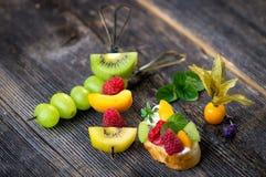 Uvas brancas frescas na madeira Fotografia de Stock Royalty Free