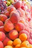 Uvas brilhantes dos pêssegos das nectarina que apresentam no mercado fotos de stock