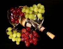 Uvas com vinho e vidros Fotos de Stock Royalty Free