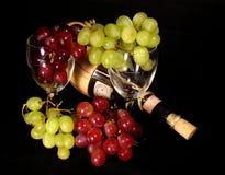Uvas con el vino y los vidrios Fotos de archivo libres de regalías