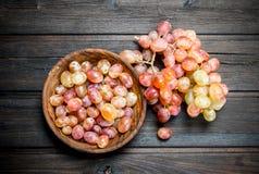 Uvas cor-de-rosa na bacia imagem de stock