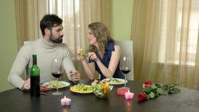 Uvas de alimentación del hombre de la mujer almacen de metraje de vídeo