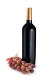 Uvas de la botella de vino rojo Fotografía de archivo libre de regalías