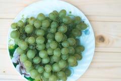 Uvas de uvas en una tabla de madera Fotografía de archivo