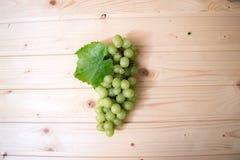 Uvas de uvas en una tabla de madera Fotos de archivo libres de regalías
