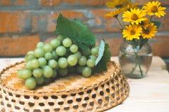 Uvas de uvas en una tabla de madera Imágenes de archivo libres de regalías