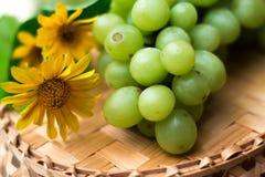 Uvas de uvas en una tabla de madera Imagenes de archivo