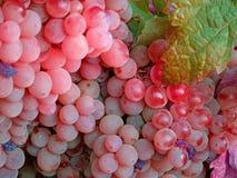 Uvas del vino rosado con leaves1 verde imágenes de archivo libres de regalías
