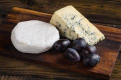 Uvas do camembert da placa de queijo na tabela de madeira Imagens de Stock Royalty Free