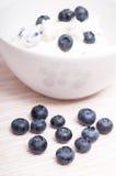 Uvas-do-monte azuis na frente de uma bacia branca imagens de stock royalty free