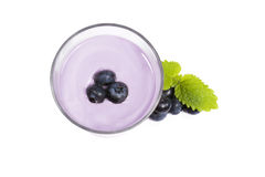 Uvas-do-monte sobre um milkshake da uva-do-monte fotografia de stock