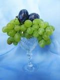 Uvas e ameixas em um vidro Foto de Stock