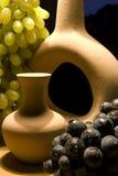 Uvas e cerâmica Fotos de Stock Royalty Free