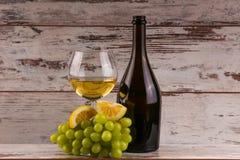 Uvas e dois vidros do vinho branco Imagens de Stock